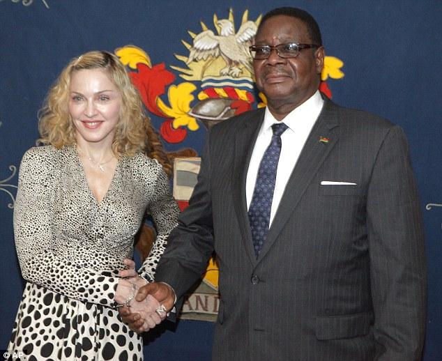 Madonna e o Presidente do Malawi Peter Mutharika12