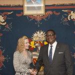 Madonna e o Presidente do Malawi Peter Mutharika16