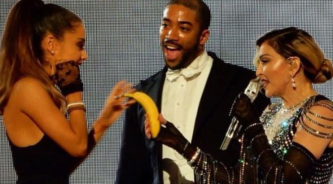 Madonna chama Ariana Grande ao palco e faz brincadeira com banana