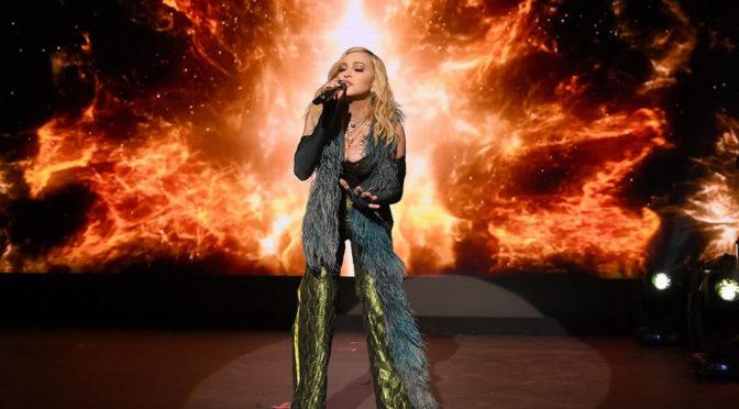 Madonna faz surpresa em evento beneficente de Leonardo DiCaprio